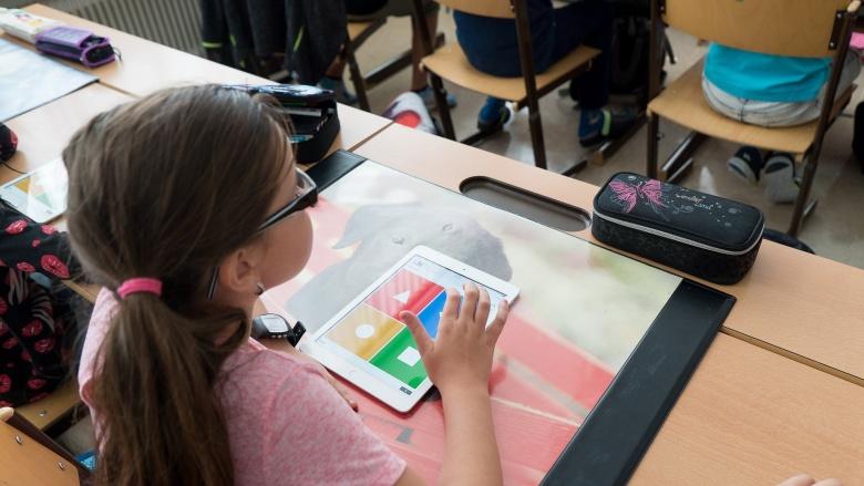 Grundschülerin mit Ipad