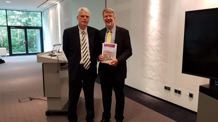 Auf dem Foto v.l.n.r.: Jörg Uhlenbruch (Vorsitzender der CDU-Fraktion Essen) und Dr. Georg Feldmann-Krane (Standortleiter am Evonik-Standort Essen Goldschmidtstraße).